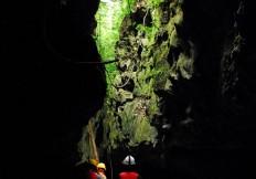 Sol brillando a través de la cueva